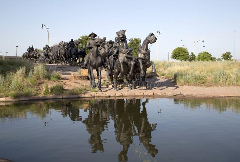 A escultura de bronze exterior na terra centenária corre o monumento foto de stock royalty free