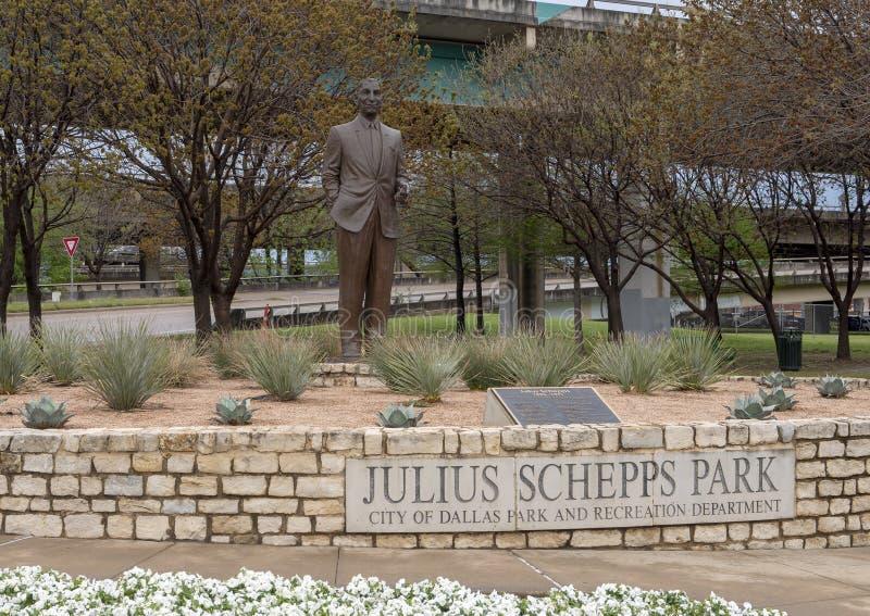 Escultura de bronze de Julius Schepps por Machael Pavolvsky em Julius Schepps Park em Ellum profundo em Dallas, Texas fotografia de stock royalty free