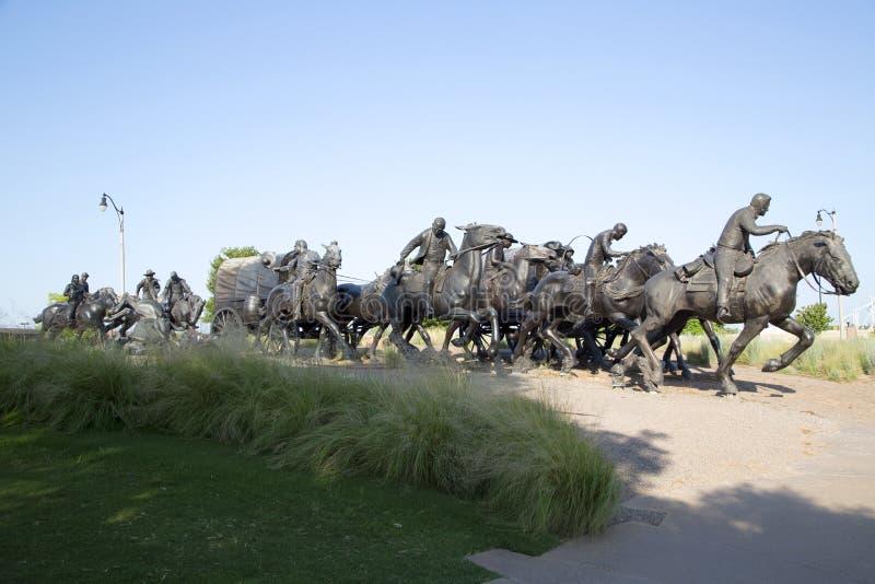 A escultura de bronze na terra centenária corre o monumento Oklahoma fotografia de stock