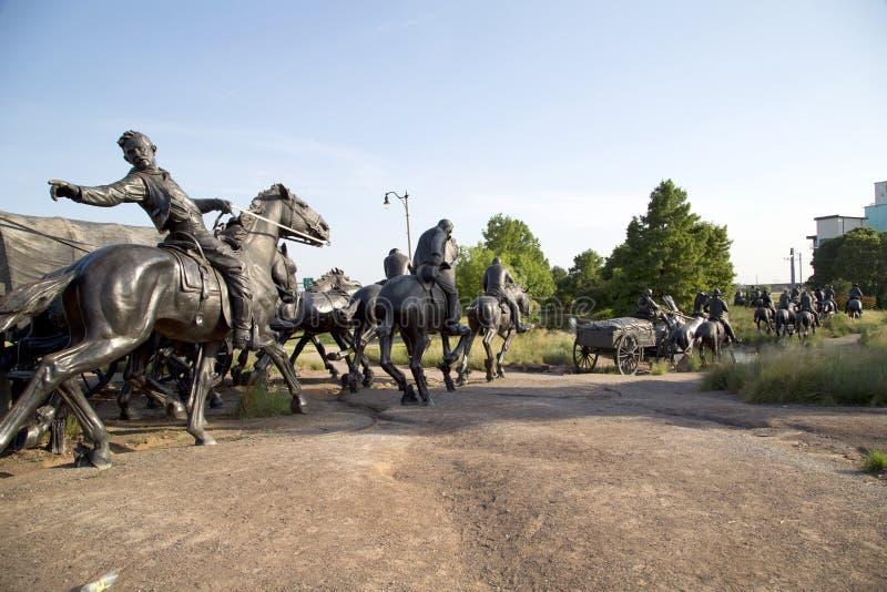 A escultura de bronze na terra centenária corre o monumento Oklahoma foto de stock royalty free