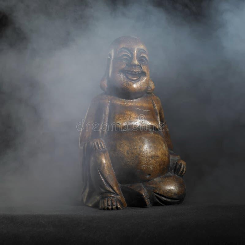 Escultura de Buda en parte posterior de la oscuridad imagen de archivo libre de regalías