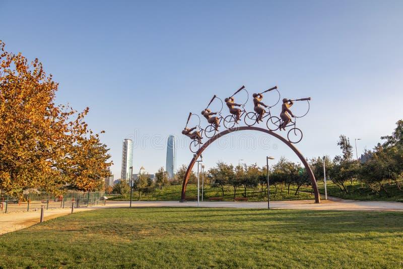 Escultura de Busqueda del La en el cuadrado de Bicentenario con el rascacielos del centro de Costanera en el fondo - Santiago, Ch imagen de archivo libre de regalías