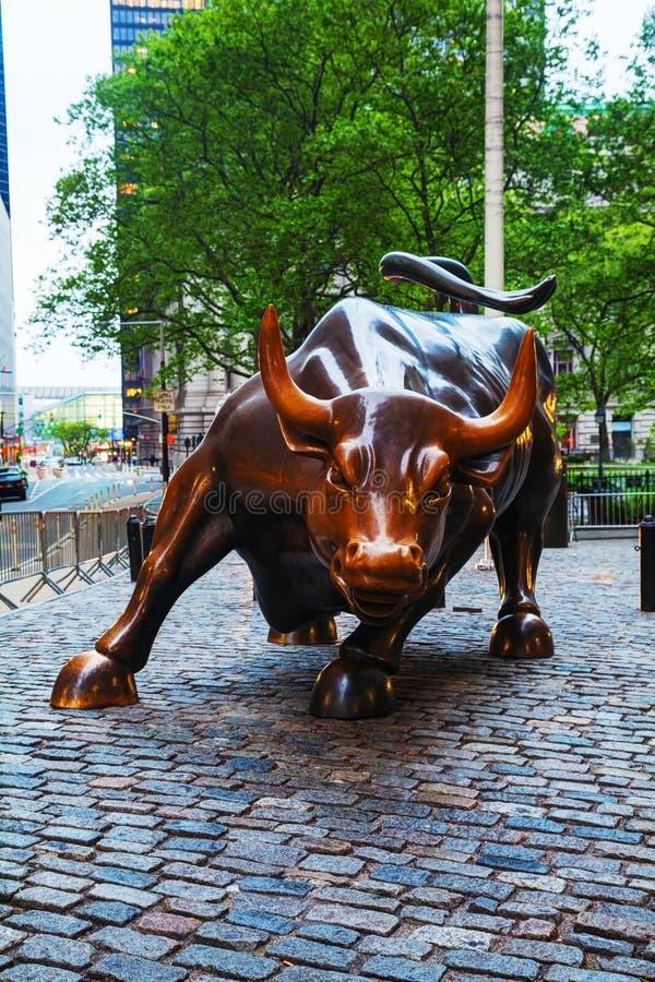 Escultura de carregamento de Bull (Boliches Green Bull) em New York foto de stock royalty free