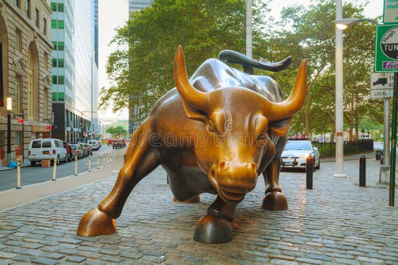 Escultura de carregamento de Bull em New York City fotografia de stock royalty free