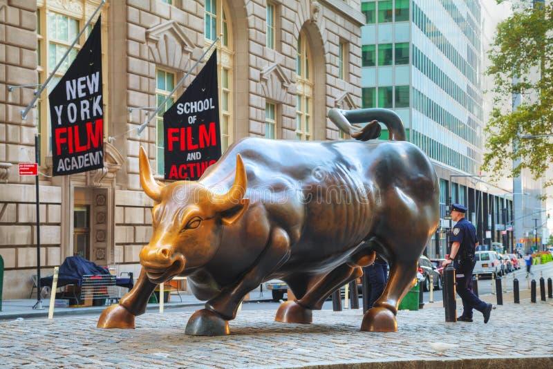 Escultura de carregamento de Bull em New York City foto de stock