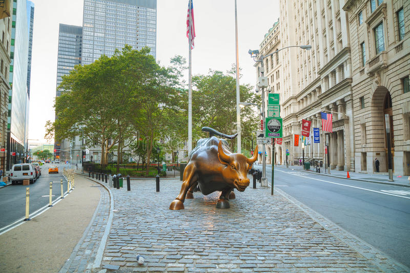 Escultura de carregamento de Bull em New York City fotografia de stock