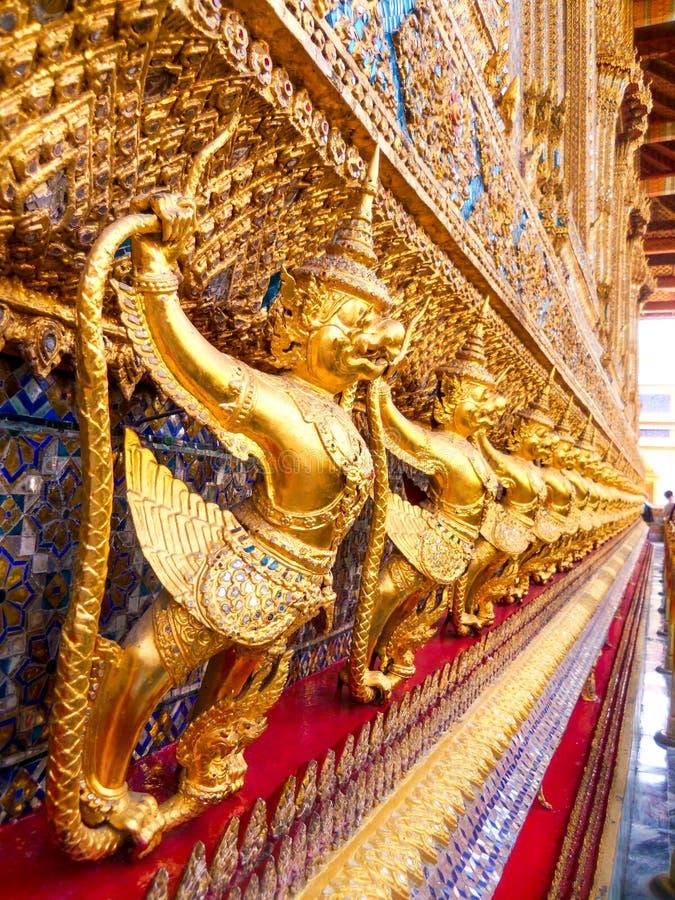 Escultura de cogida de oro del Naga de Garuda en Wat Phra Kraw, Bangkok imagen de archivo libre de regalías