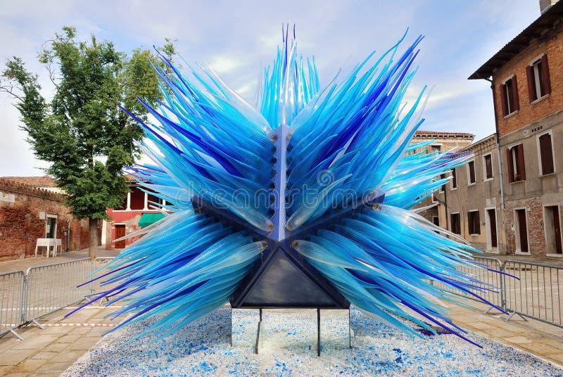 Escultura de cristal azul en Murano imagen de archivo