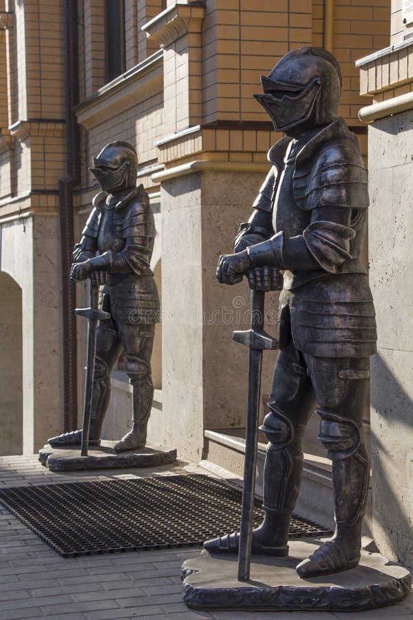Escultura de dois cavaleiros medievais imagem de stock