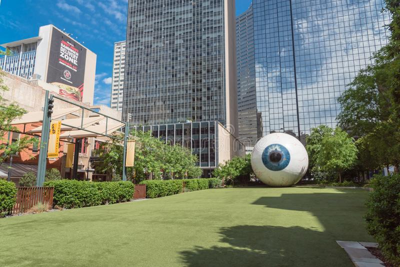 Escultura de fibra de vidro Giant Eyeball no centro de Dallas, Texas fotografia de stock