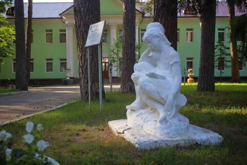 A escultura de Gypsum mostrando duas garotas da escola sonhando juntas imagem de stock