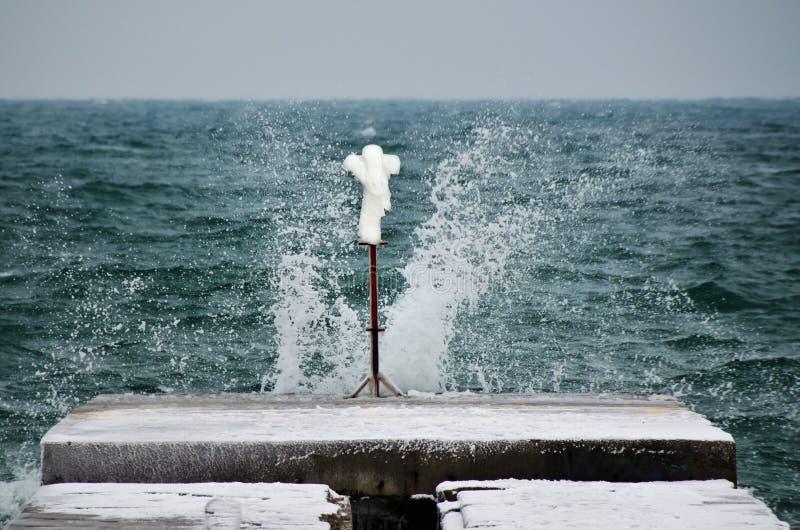 Escultura de hielo como Nike creado por invierno del océano imagen de archivo libre de regalías
