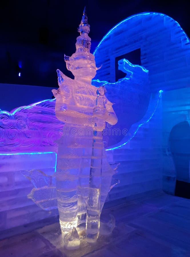 Escultura de hielo gigante azul y rosada fotografía de archivo