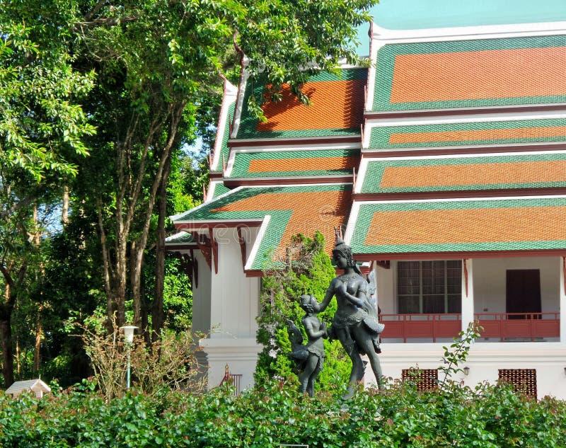 Escultura de Kinnaree en el jardín de flores de Phuping Rajanives, el edificio principal del palacio del invierno fotos de archivo