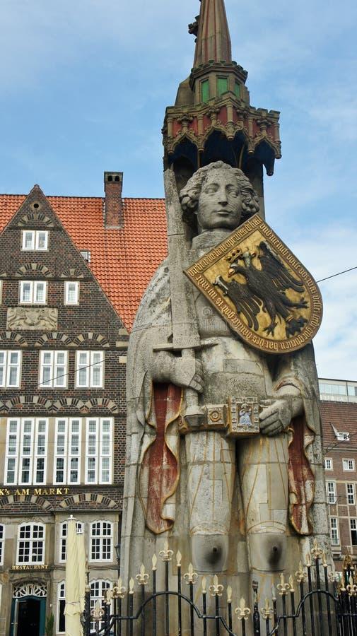 Escultura de la Bremen Roland en la plaza del mercado principal en el centro de ciudad, la estatua medieval con la espada y el es fotos de archivo