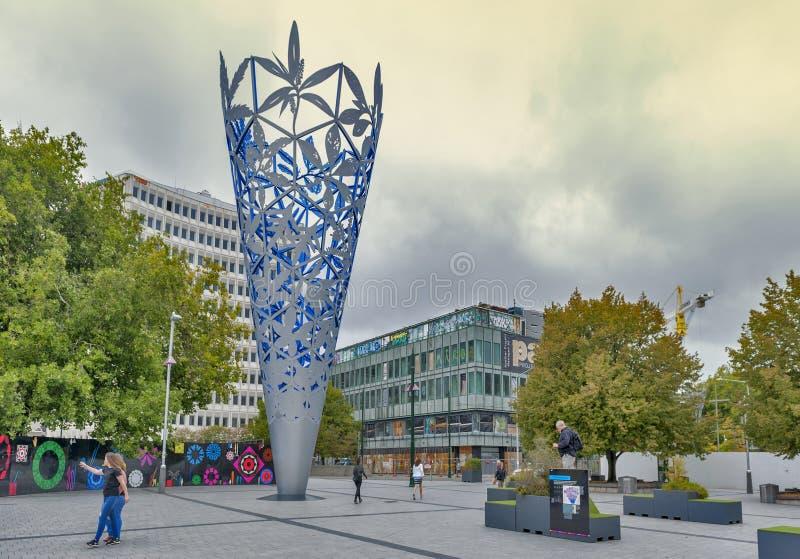 Escultura de la cáliz situada en cuadrado de la catedral del ` s de Christchurch, Nueva Zelanda, para celebrar el nuevo milenio y fotografía de archivo libre de regalías