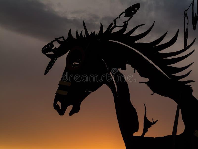 Escultura de la cabeza de caballo en la puesta del sol imagenes de archivo