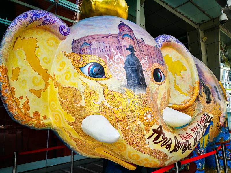 Escultura de la cabeza del ` s del elefante, ilustraciones con la pintura tailandesa hermosa en la alameda central de la plaza de imagenes de archivo