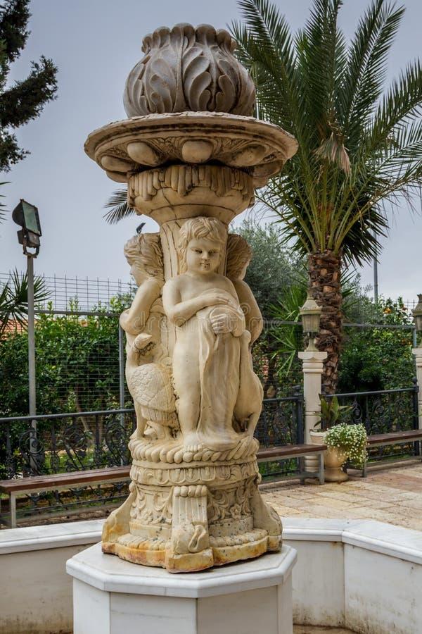 Escultura de la fuente en el patio de la iglesia ortodoxa griega de la boda de Cana, Israel imagen de archivo libre de regalías