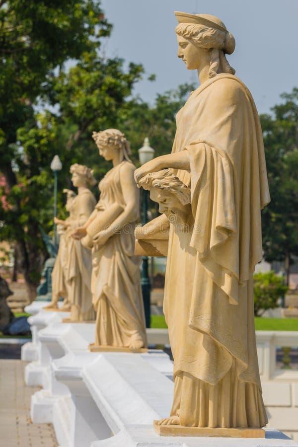 Escultura de la mujer en el palacio Ayutthaya de Bangpain en Tailandia fotos de archivo
