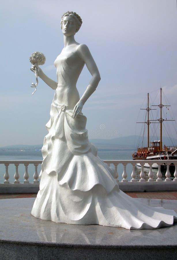 Escultura de la novia contra el mar fotos de archivo libres de regalías