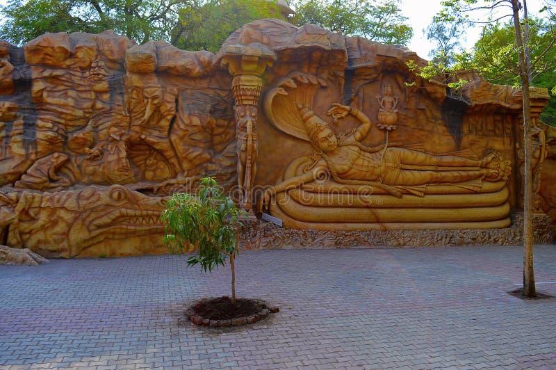 Escultura de la pared, Vishnu en serpiente Matemáticas Kolhapur de Kaneri del museo de Siddhagiri Gramjivan fotografía de archivo libre de regalías