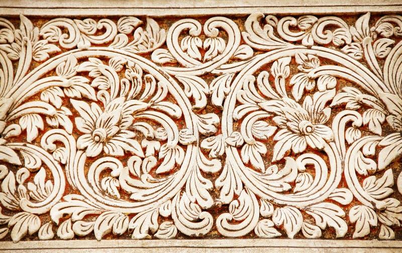 Escultura de la piedra arenisca de la textura en forma de la inflorescencia en el templo, el fondo de la flor y de las hojas fotografía de archivo libre de regalías