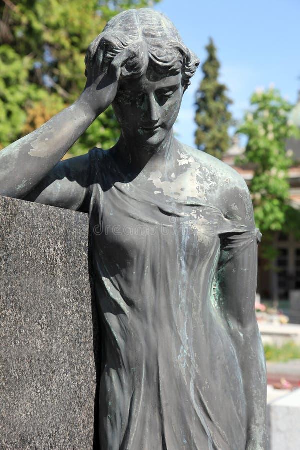 Escultura de lamentação em um cemitério de Mirogoj, Zagreb fotografia de stock royalty free