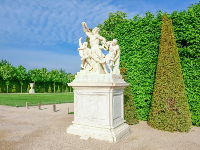 Escultura de Laocoon en el callejón principal en jardines de Versalles fotografía de archivo