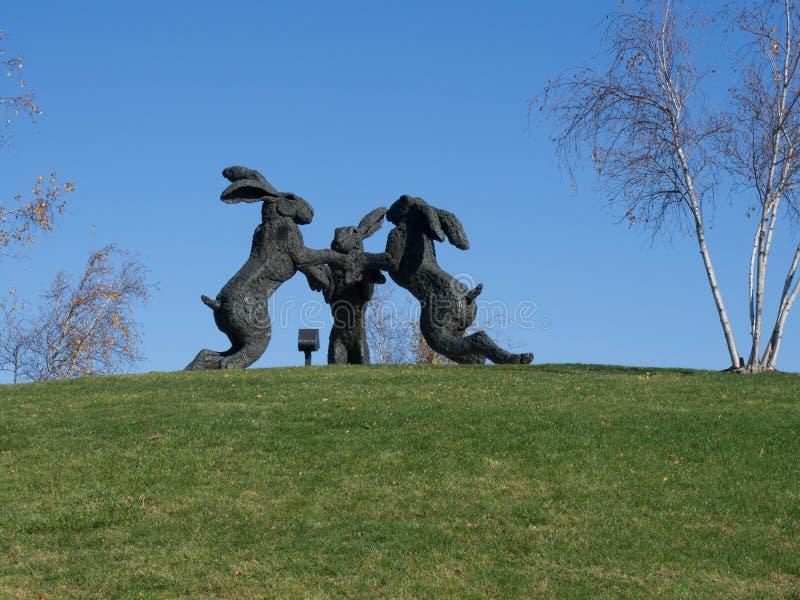 Escultura de las liebres del baile fotos de archivo