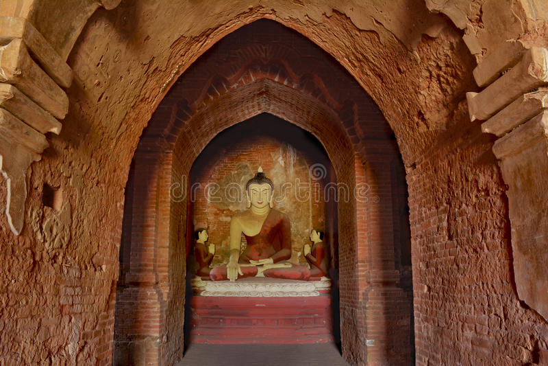 Escultura de Lord Buddha que senta-se na meditação dentro do templ antigo imagem de stock royalty free