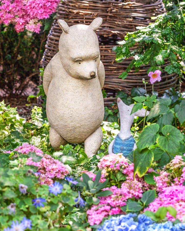 Escultura de los personajes de dibujos animados Winnie the Pooh de Disney y del cochinillo Singapur imagenes de archivo