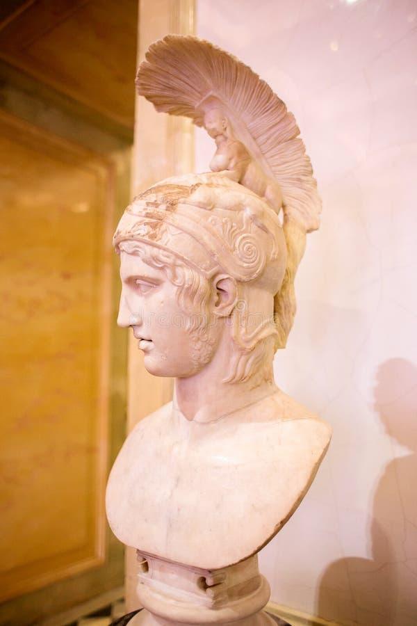 Escultura de mármore da cabeça dos deus da guerra Ares em um capacete no eremitério fotografia de stock