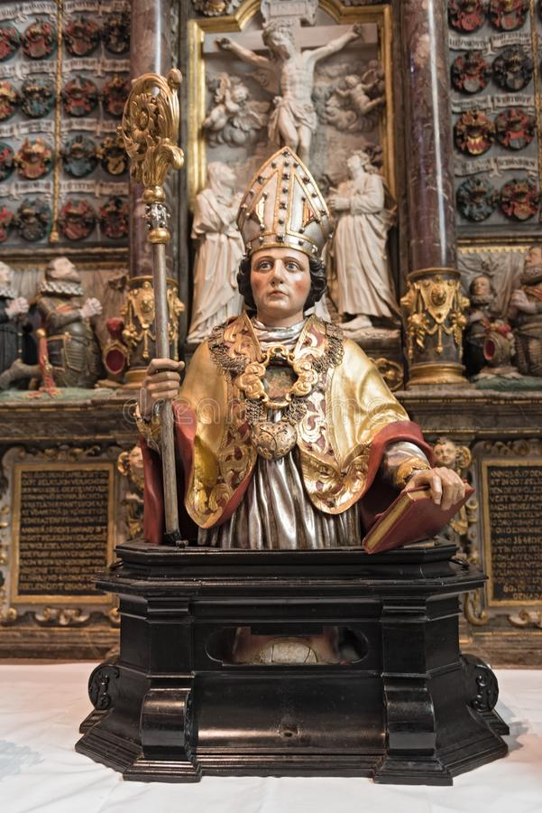 Escultura de madeira antiga bonita do relicário do Valentim s decorada no altar dentro do kiedrich Alemanha do valentin do st da  foto de stock royalty free