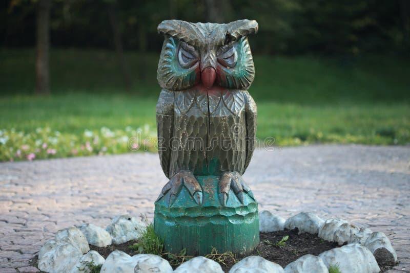Escultura de madeira da coruja, handcrafted para crianças em um parque fotos de stock