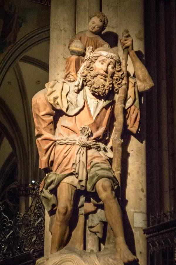 Escultura de madeira de St Christopher que leva Jesus novo na catedral de Colgone foto de stock royalty free