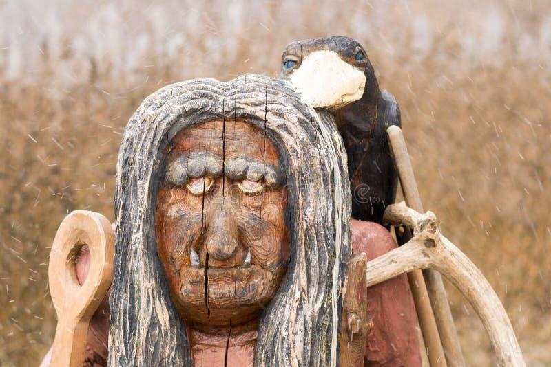 Escultura de madeira de uma mulher idosa imagens de stock