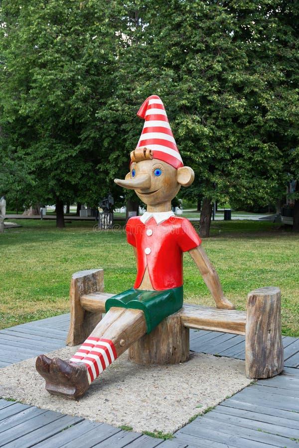 Escultura de madera de Buratino (ruso Pinocchio) en el parque imágenes de archivo libres de regalías