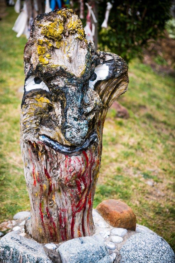 Escultura de madera espeluznante imagenes de archivo