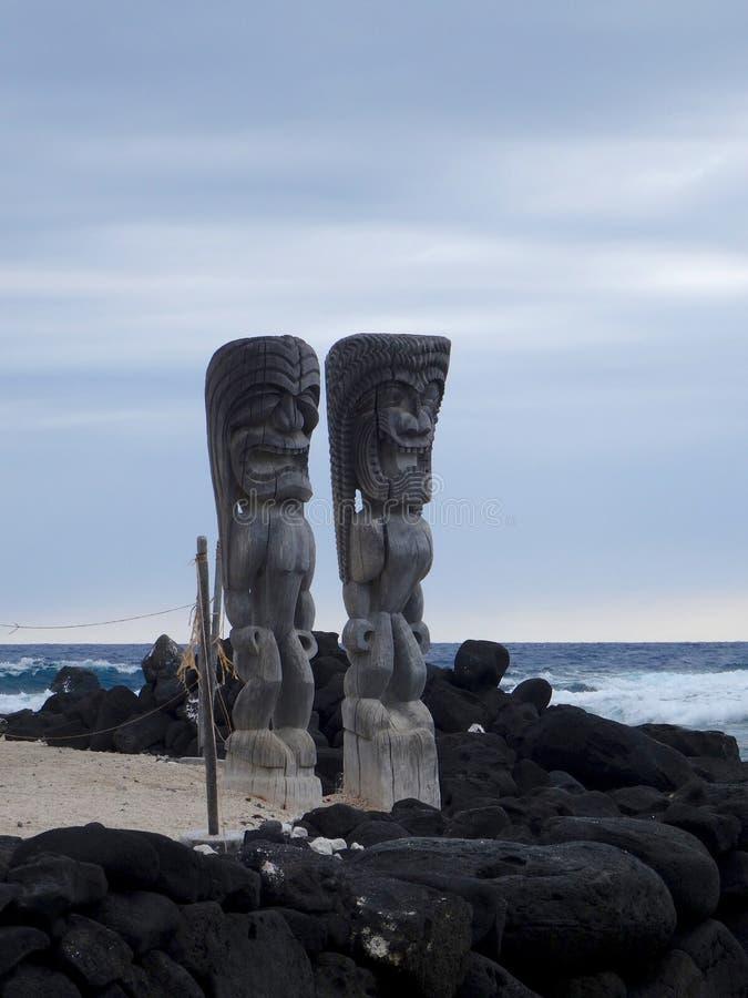 Escultura de madera grande de Tiki en parque nacional del uhonua o Honaunau de la PU ', isla grande, Hawaii foto de archivo