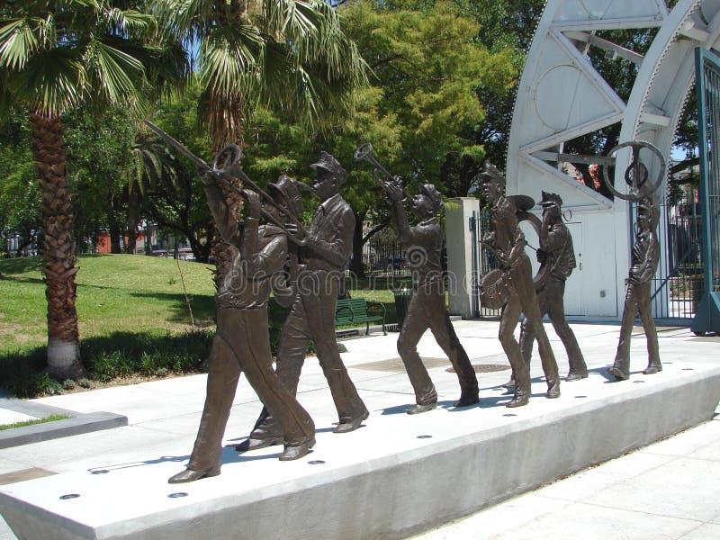 Escultura de marcha da banda filarmônica de Nova Orleães em Louis Armstrong Park foto de stock