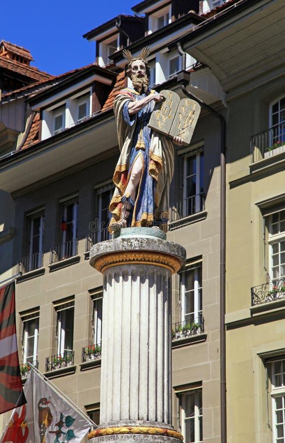 Escultura de Moses que lleva a cabo los diez mandamientos, Berna, Switzerla fotografía de archivo
