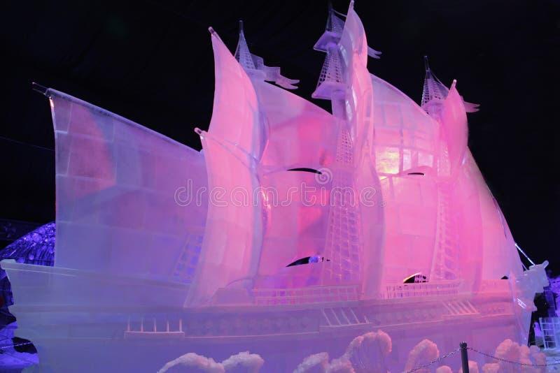 Escultura de muitos navio do mastro feito do gelo imagens de stock royalty free