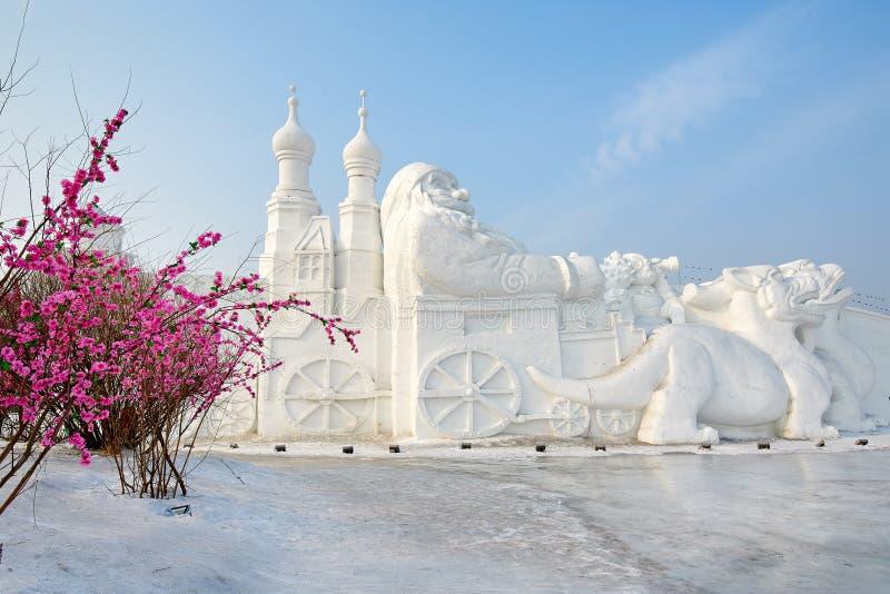 A escultura de neve - ancião e monstro fotos de stock royalty free