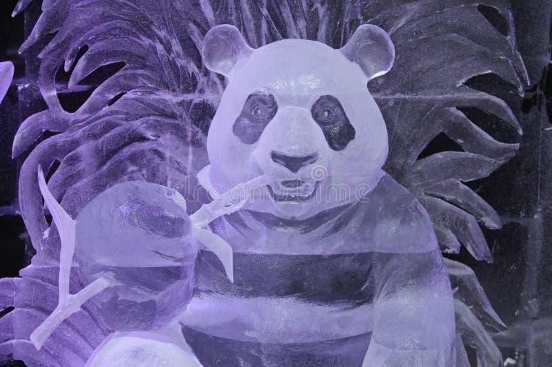 Escultura de Panda Bear feito do gelo foto de stock