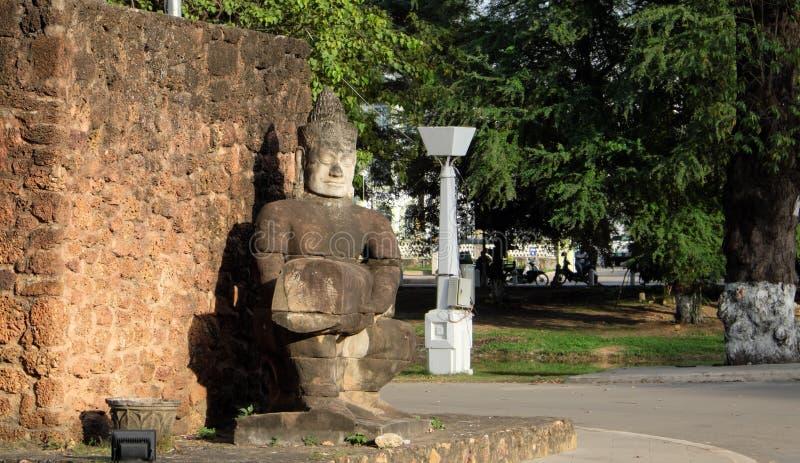 Escultura de pedra antiga em um parque da cidade Uma parede de pedra e uma estátua de um homem Arte finala asi?tica fotografia de stock