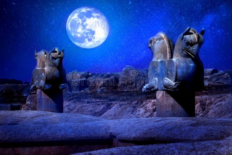 Escultura de pedra da coluna de um grifo em Persepolis contra uma lua e estrelas O símbolo da vitória do reino antigo do Achaemen fotografia de stock