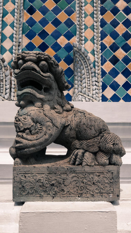 Escultura de pedra do estilo do chiness do leão e arquitetura tailandesa da arte foto de stock royalty free