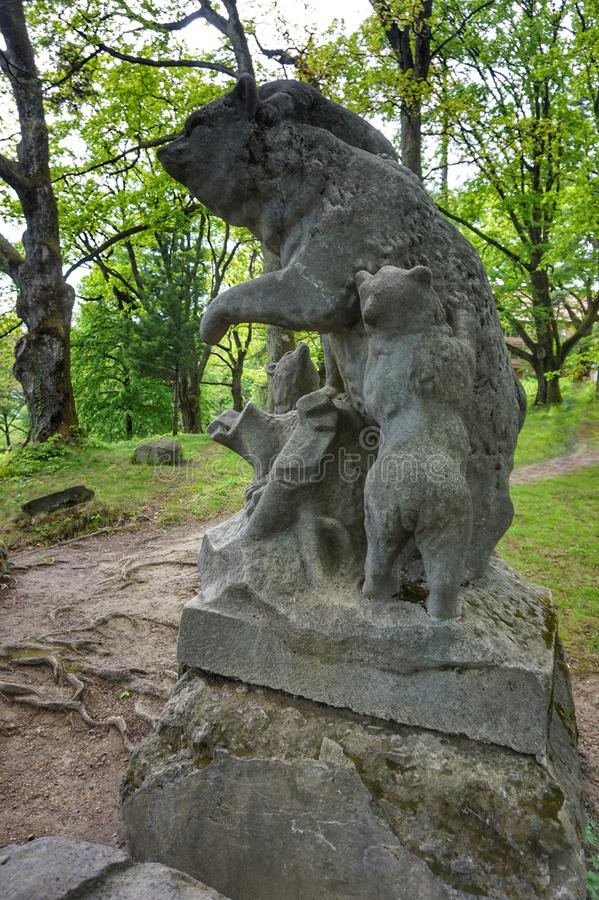 Escultura de piedra de un oso con los cachorros imagenes de archivo