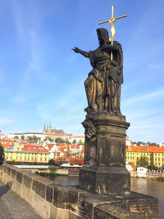 Escultura de San Juan Bautista en Charles Bridge, Praga, República Checa fotos de archivo